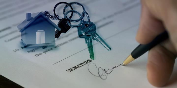 persona firmando documento