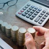 persona agarrando monedas