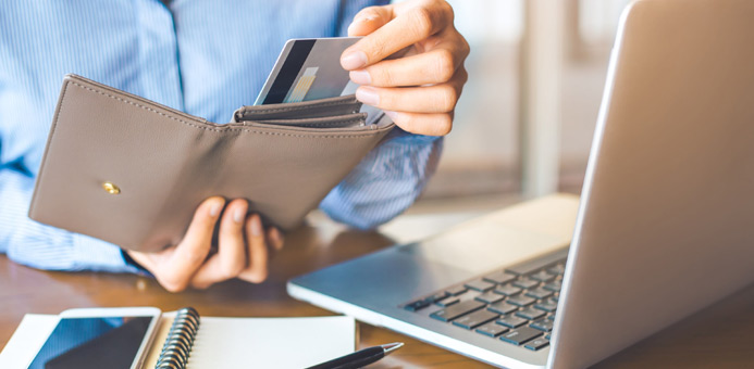 mujer laptop billetera tarjeta crédito