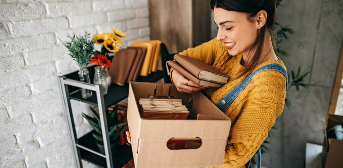 mujer objetos mudanza donar